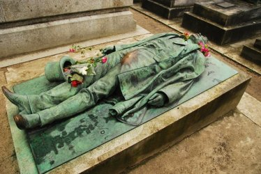 Père-Lachaise-Cemetery-in-Paris-France-Bizarre-Grave-Site